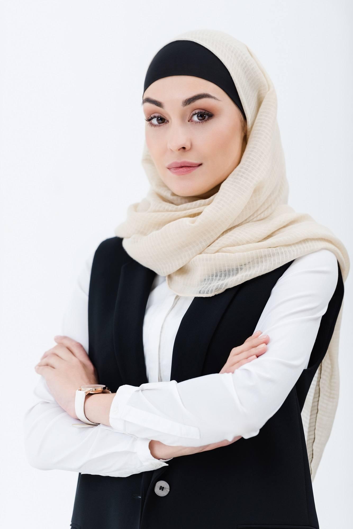 Wanita Asia memakai hijab tanpa jarum pentul