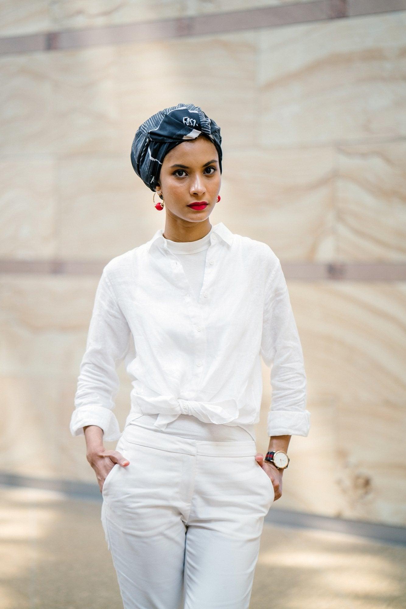 Wanita Asia memakai hijab bergaya turban
