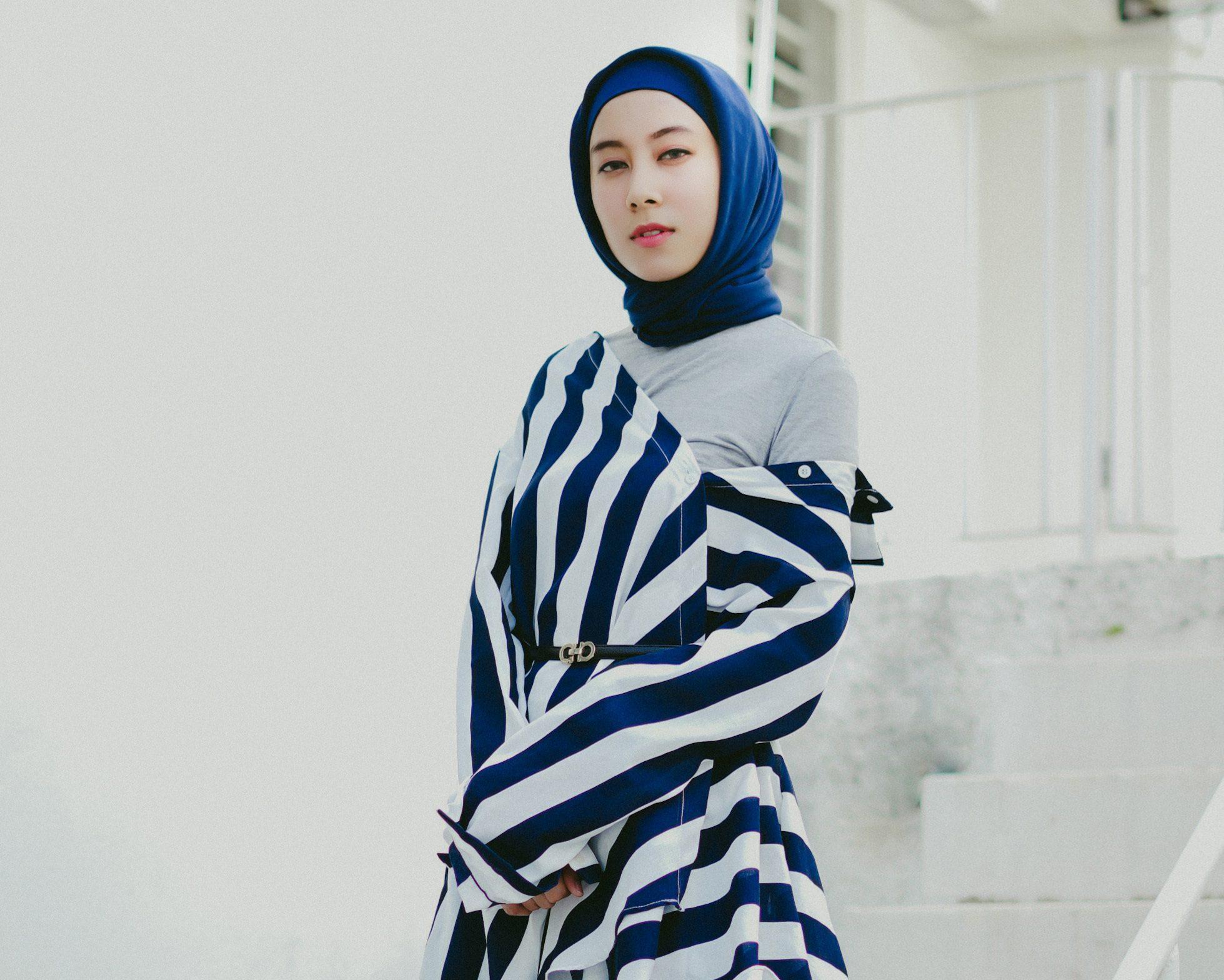 Wanita Asia memakai gaya hijab segi empat