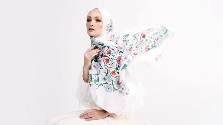 Wanita asia memakai hijab pashmina