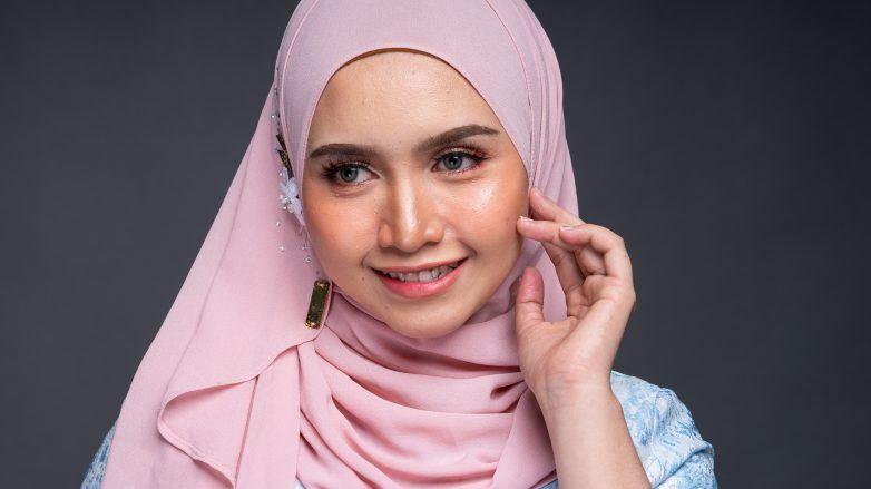 Wanita Asia memakai hijab berbahan sifon pink