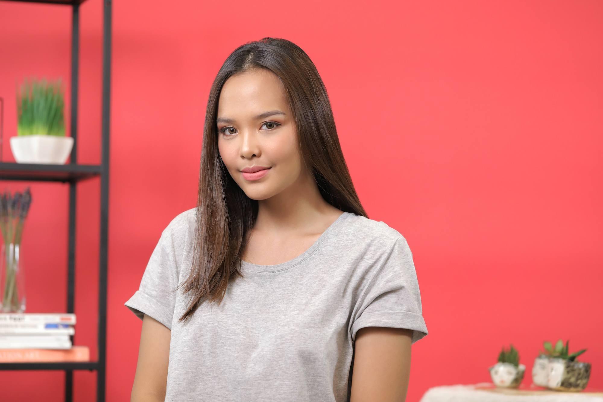 Model rambut wanita dengan rambut bob oval.