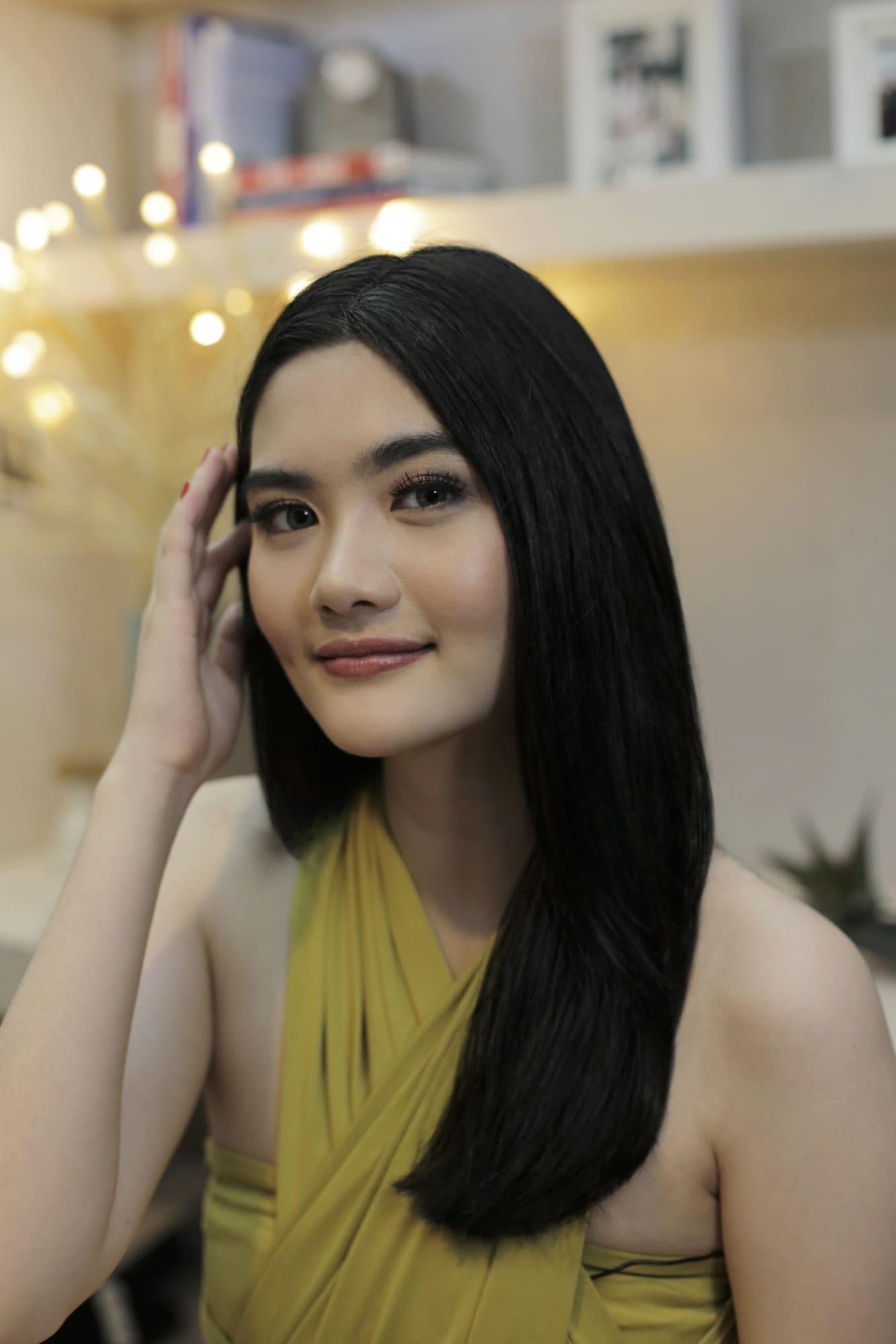 Rambut hitam tebal tanpa layer pada wanita asia.