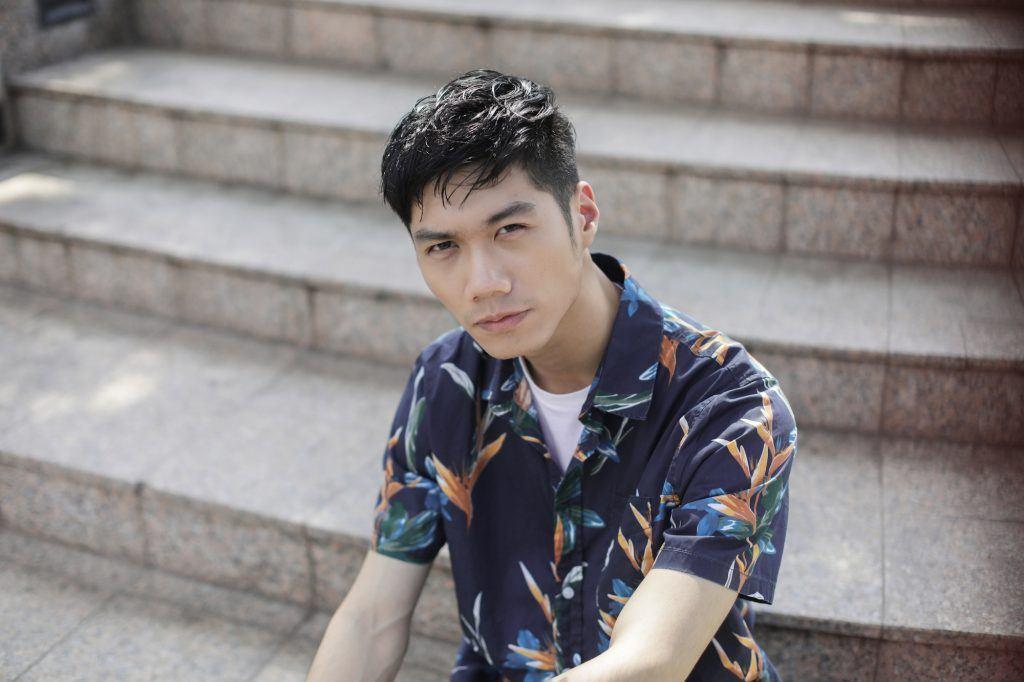 Pria asia dengan rambut pria tebal bertekstur gaya wet look