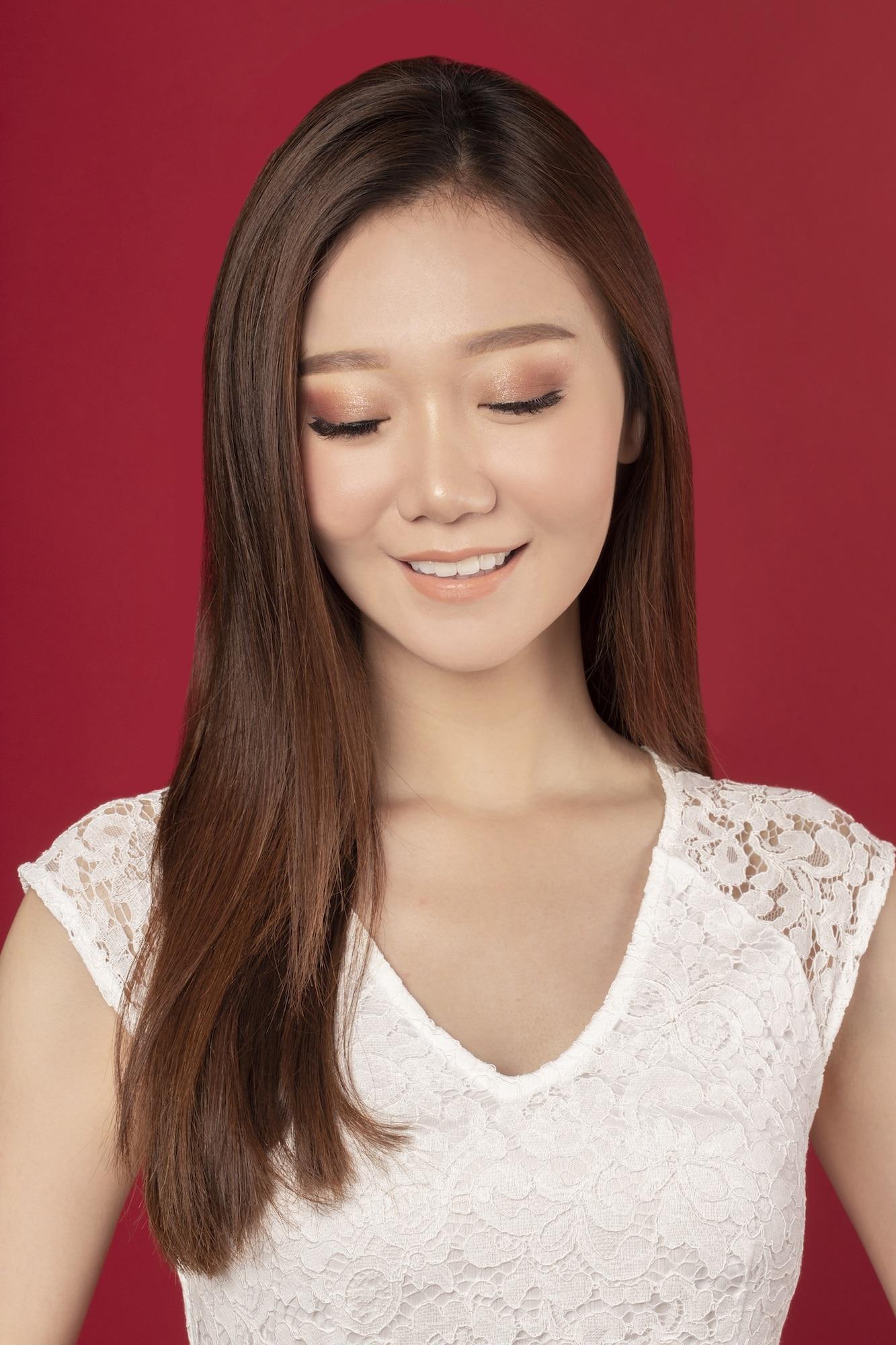 Warna rambut auburn pada rambut panjang.