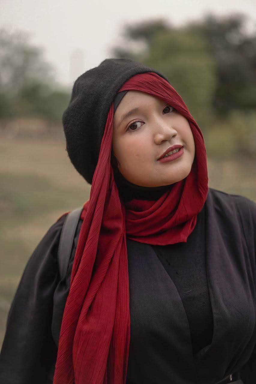Gaya hijab dengan kerudung warna merah J-Style.