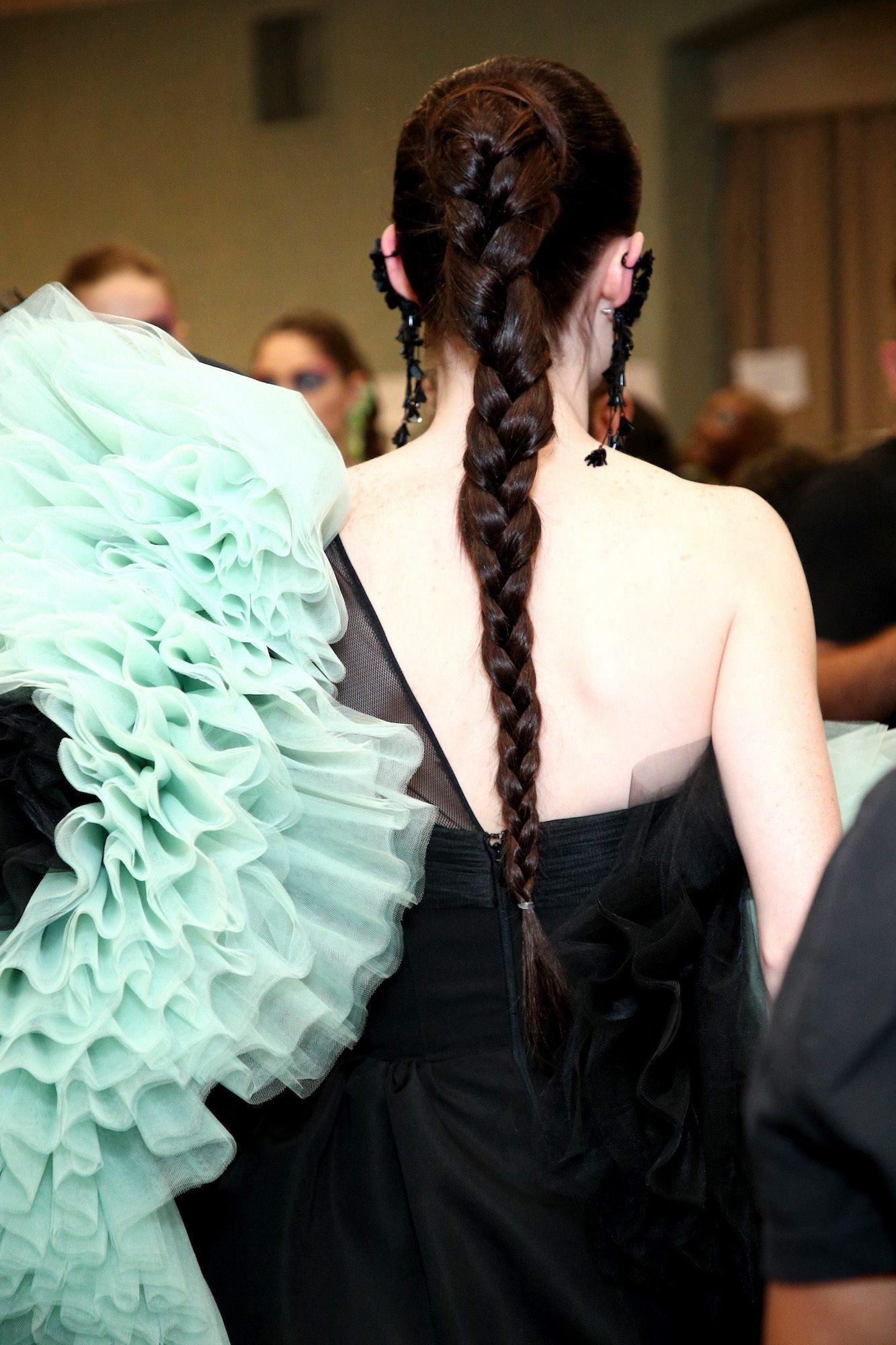 Gigi braid tampak belakang pada rambut warna rambut hitam