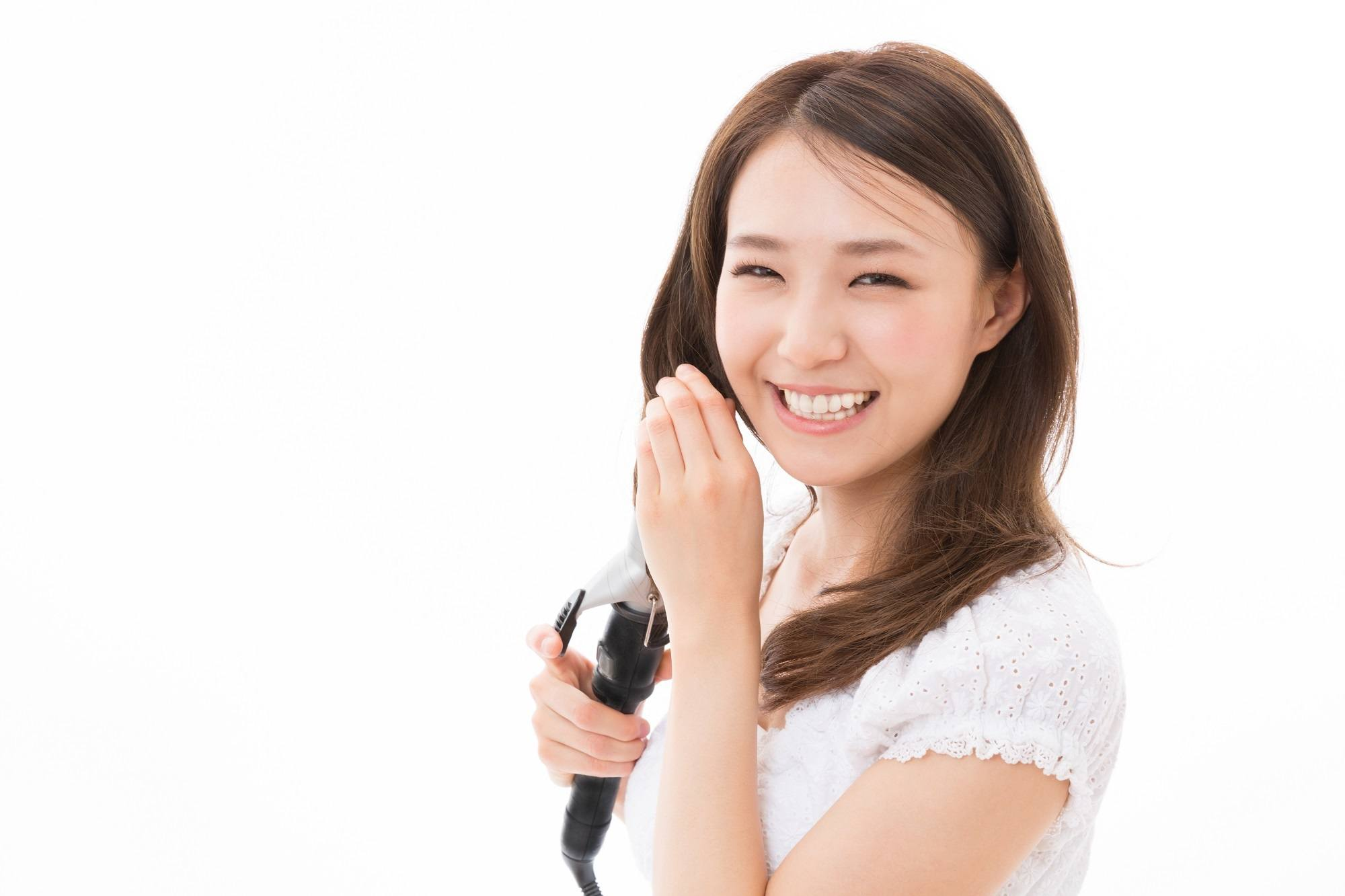 wanita asia menunjukkan cara membuat keriting rambut