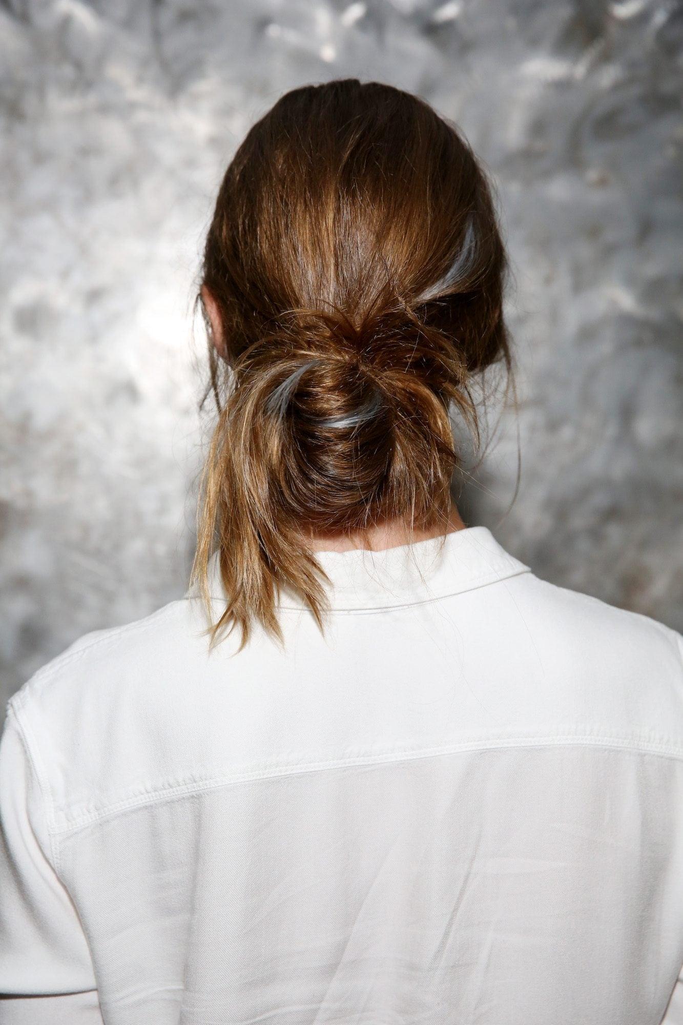 Pop of Color bun dengan sentuhan warna rambut abu-abu
