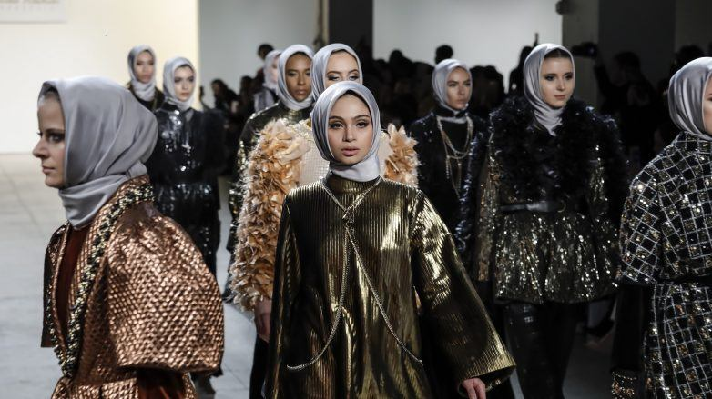 Para model berhijab berjalan di finale fashion show Anniesa Hasibuan di NFYW