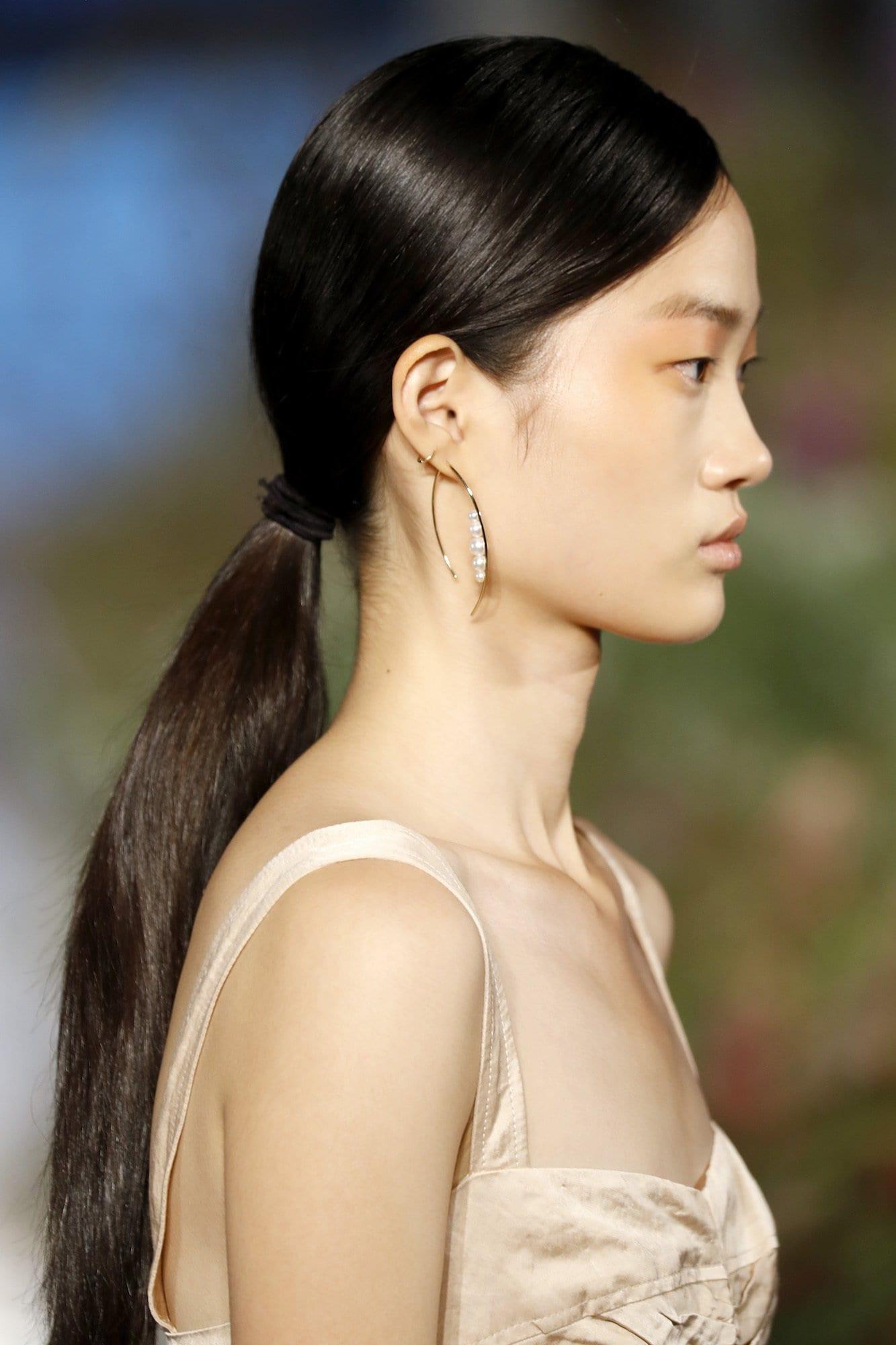 Tampak samping dari sleek ponytail