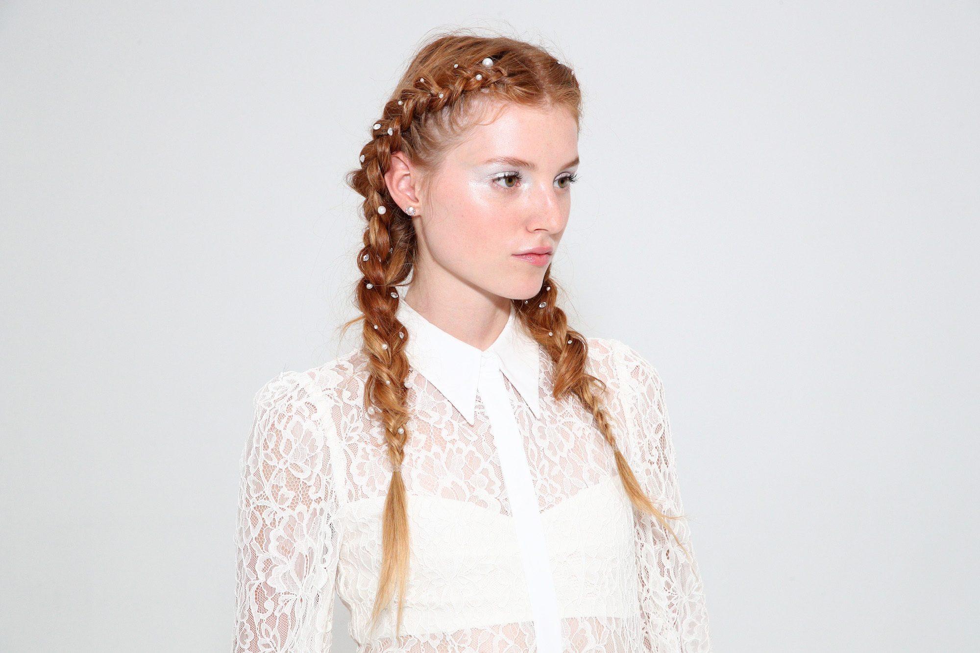 Gaya rambut kepang dutch dengan pearl warna rambut pirang