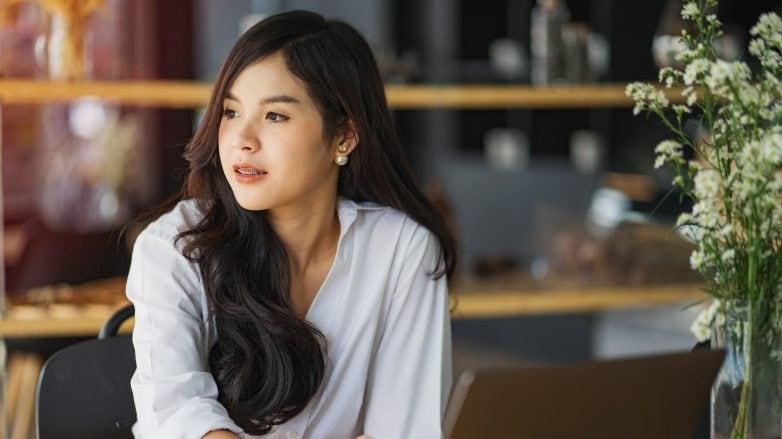 wanita asia dengan rambut keriting