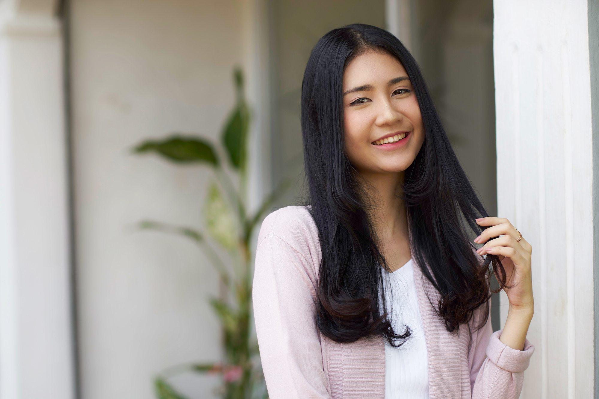 Wanita asia dengan rambut korean c-curls