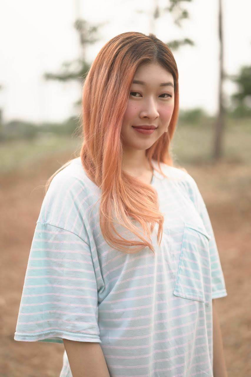 Wanita asia dengan rambut panjang wavy warna peach a la Korea.