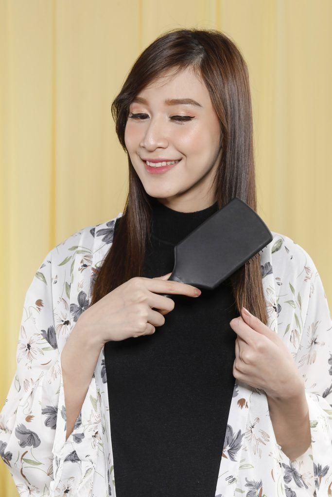 wanita asia menyisir rambut panjang