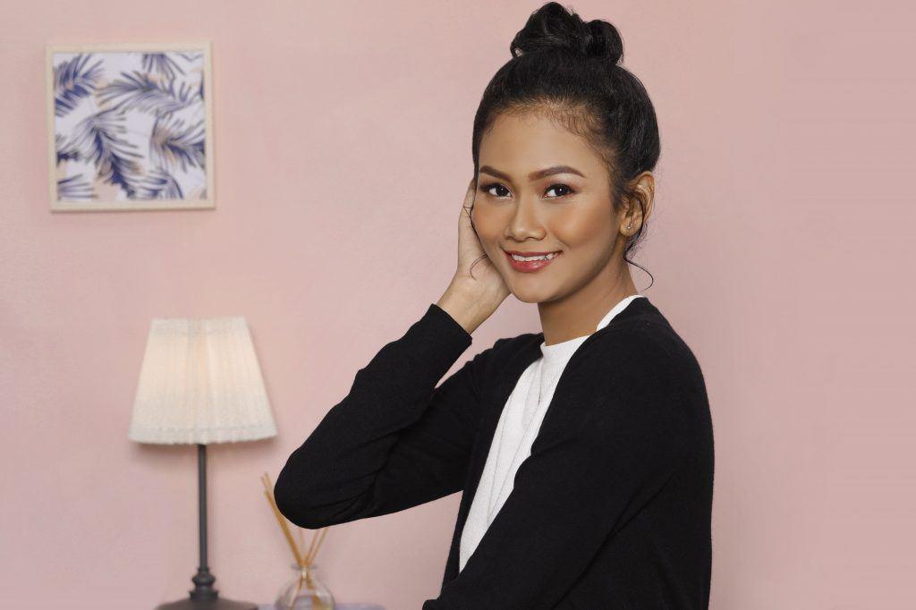 Variasi gaya rambut top knot pada wanita asia