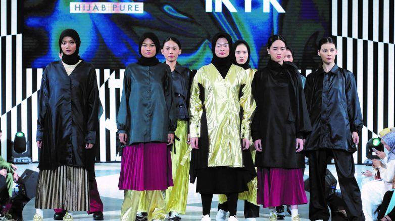 Model dengan busana muslim dalam fashion show bersama CLEAR Hijab Pure
