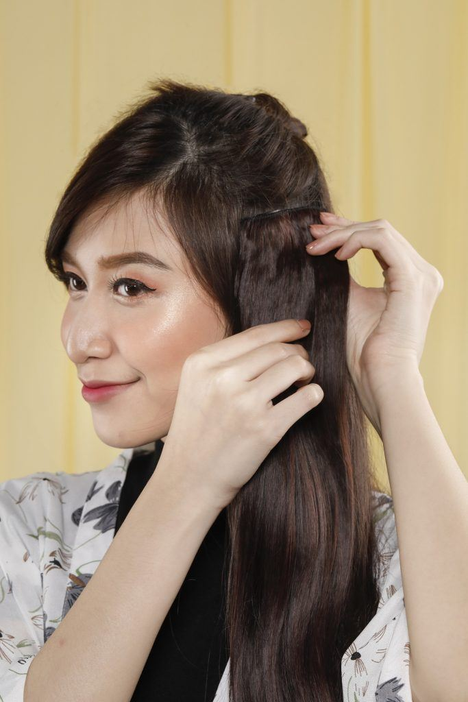 Wanita asia menggunakan rambut sambungan pada sisi rambut