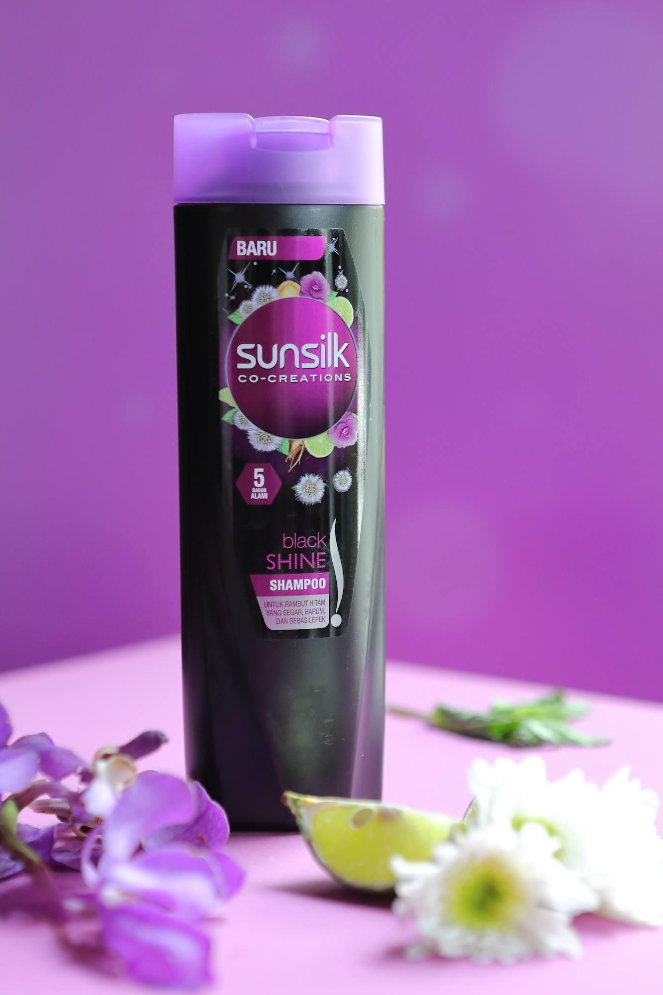 Botol Sunsilk Black Shine Shampoo pada campaign Tak Terhentikan