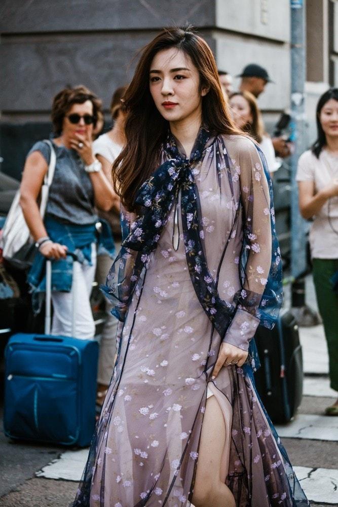 Wanita asia dengan rambut panjang wavy pada fashion week