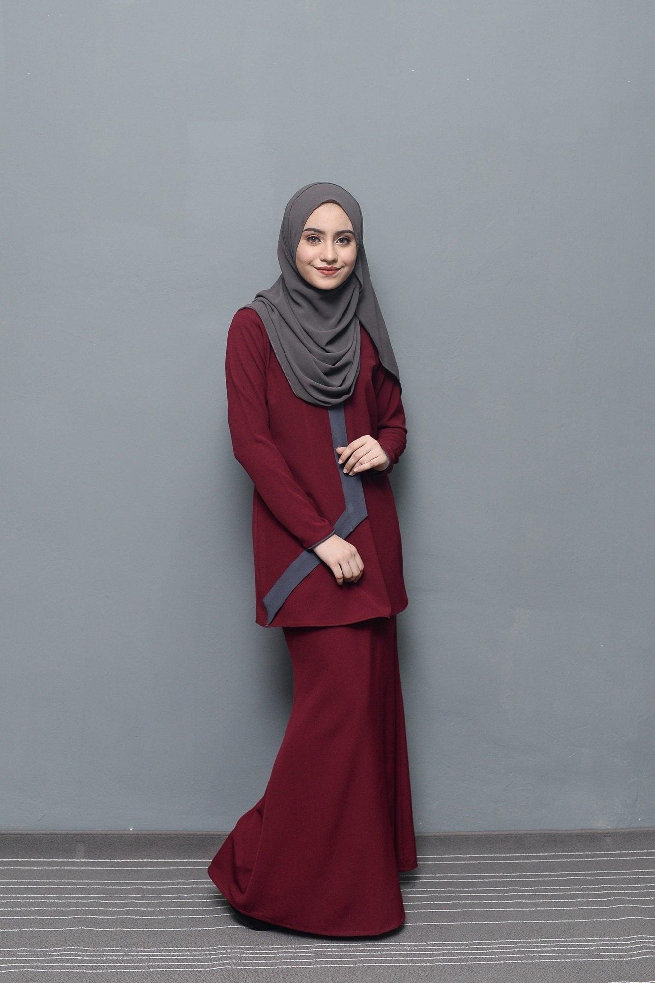 Wanita Asia memakai hijab warna abu-abu.