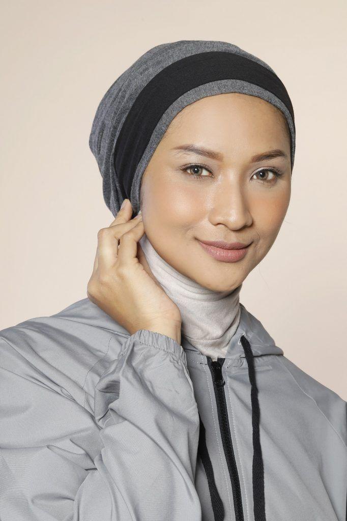 Wanita Asia memakai gaya hijab sporty berupa turban dan bandana