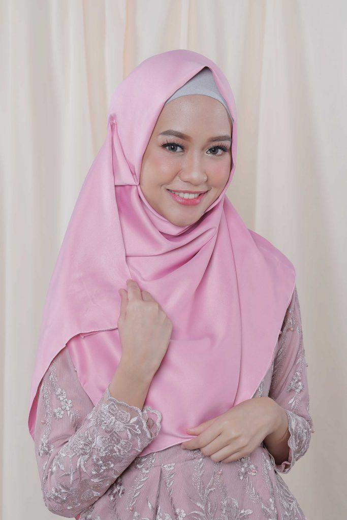 Wanita dengan hijab panjang