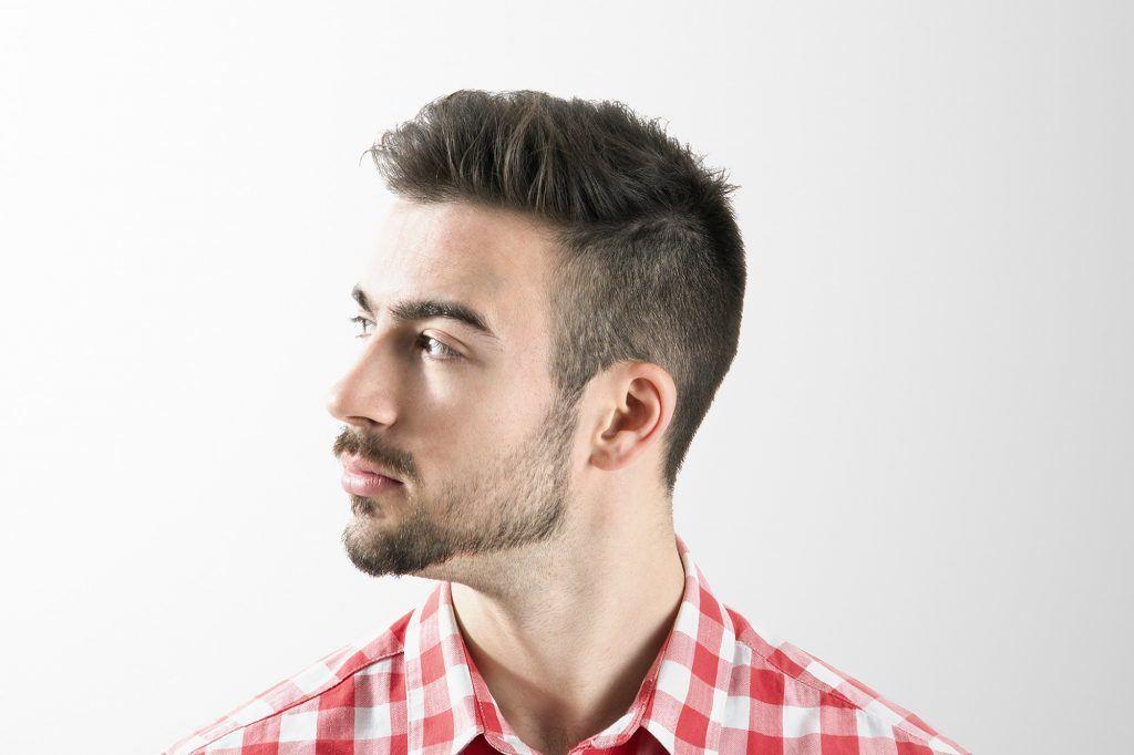 pria kaukasia dengan rambut pendek undercut