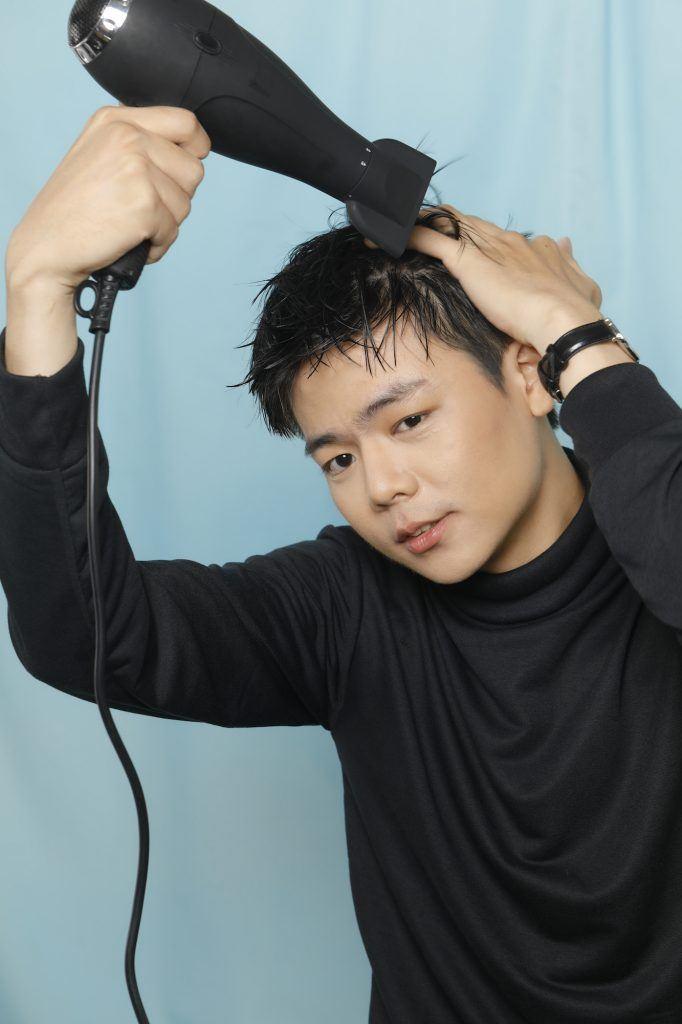 Mengeringkan rambut dengan hairdryer