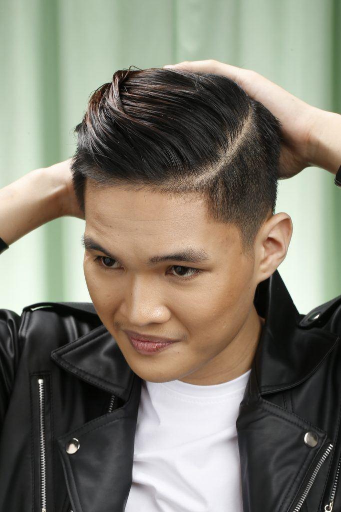 pria asia sedang merapikan rambut