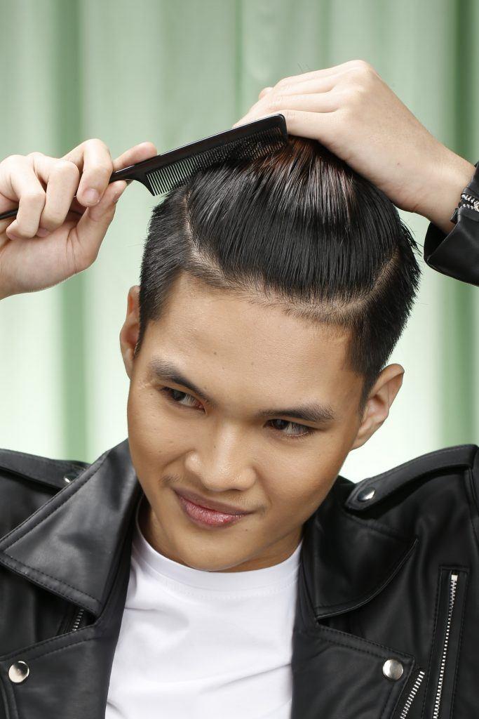 pria asia sedang menyisir rambut