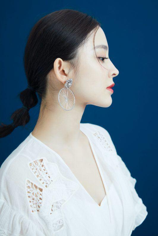 Wanita asia dengan gaya rambut bubble ponytail