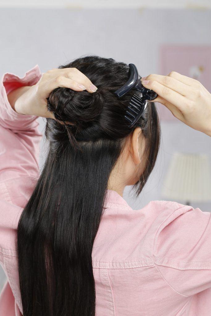 wanita asia menjepit rambut membagi rambut jadi dua