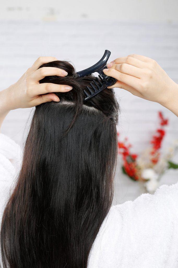 Membagi dua rambut pada bagias atas dan bawah