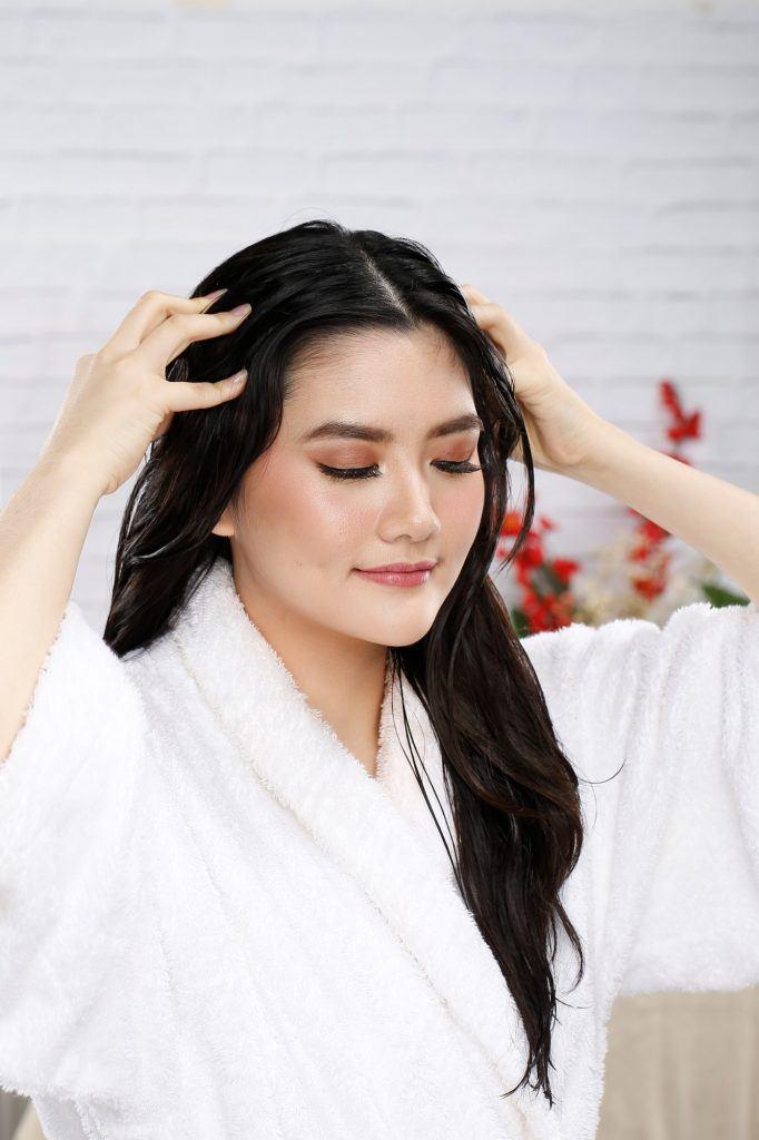Menggunakan minyak kelapa pada kulit kepala