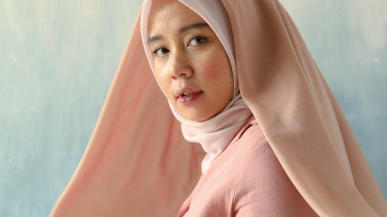Thata Aljundiah memakai hijab pink