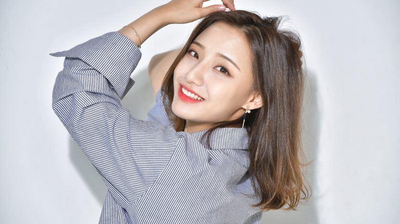 wanita asia dengan rambut sedang menunjukkan dirinya bebas dari masalah kulit kepala mengelupas