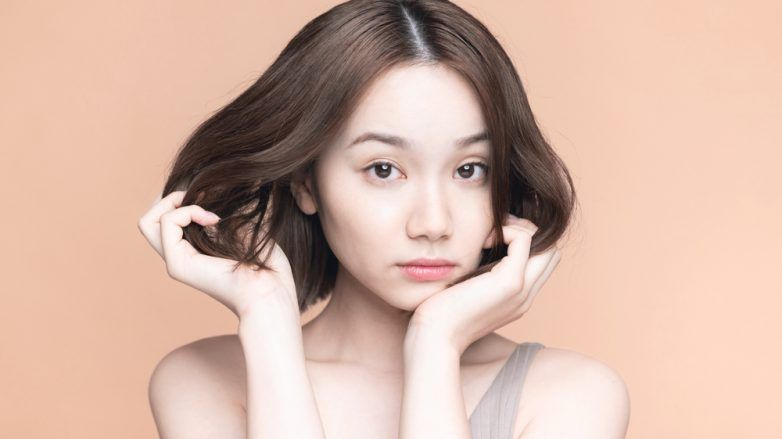 wanita asia dengan rambut pendek yang mengembang