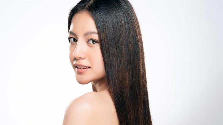 wanita asia dengan rambut panjang