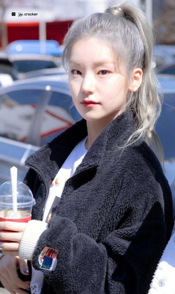 Yeji ITZY dengan rambut ash blonde