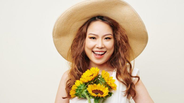 wanita asia dengan rambut oranye