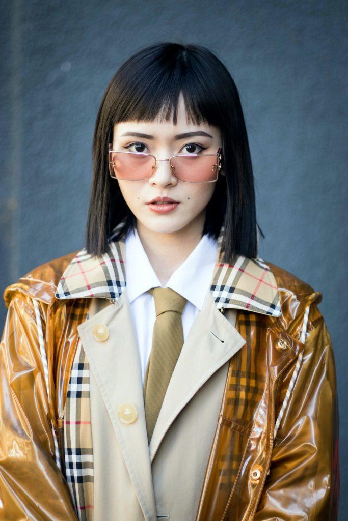 Wanita asia dengan rambut pendek sebahu