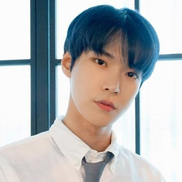gaya rambut belah tengah doyoung NCT