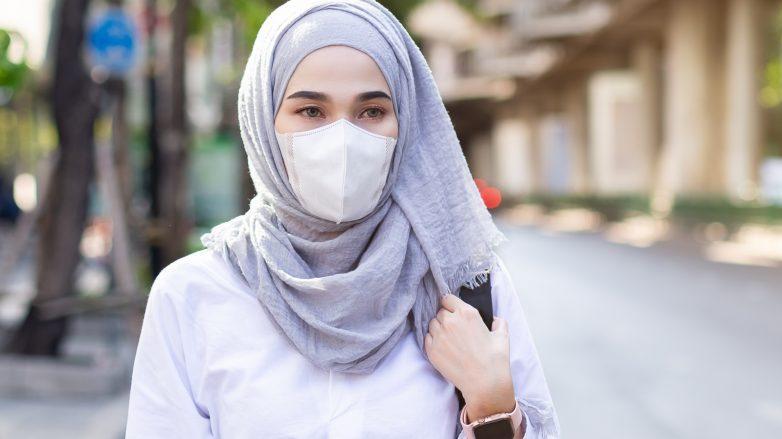 wanita asia mengenakan hijab dan masker hijab