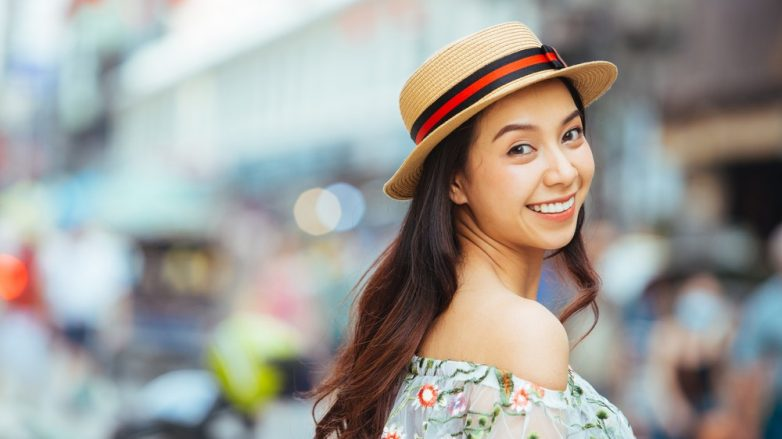 wanita asia berambut panjang dengan shampoo pelembap rambut
