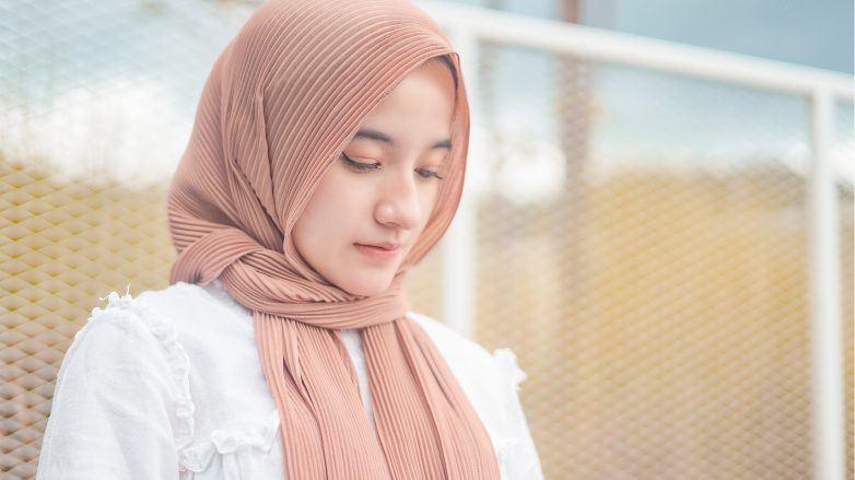 wanita asia dengan hijab berwarna cokelat