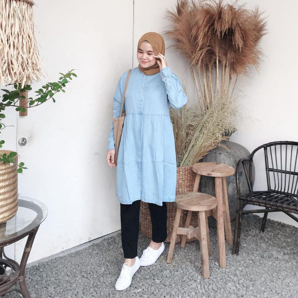 selebgran wanita hijab dengan atasan denim jeans