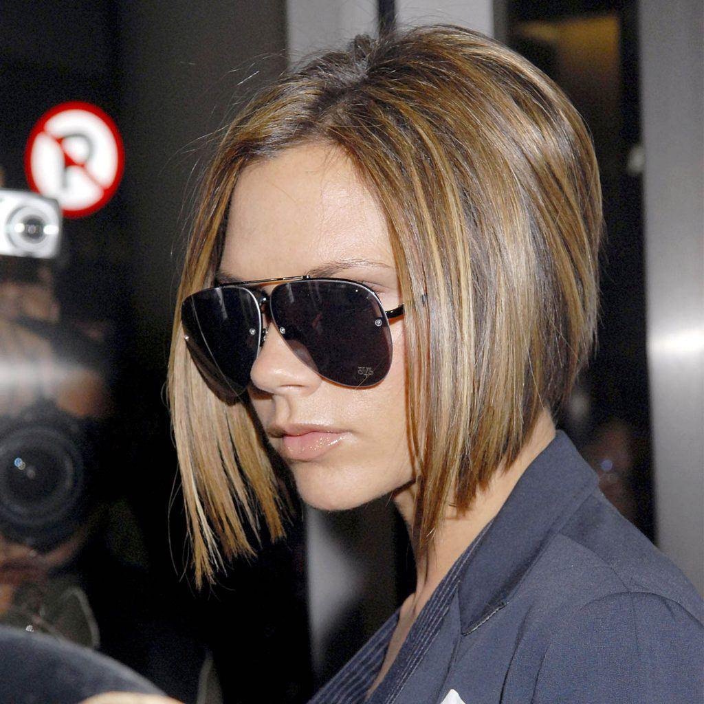 Victoria Beckham dengan rambut pendek bob nungging berwarna cokelat