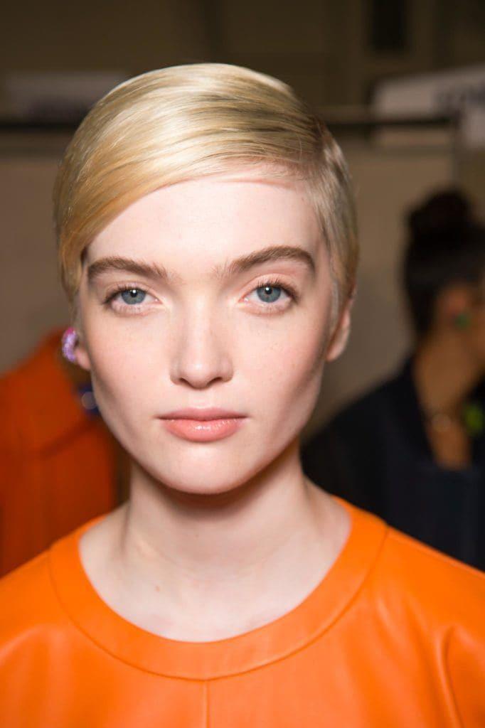 Chica rubia con cortes de pelo para caras redondas